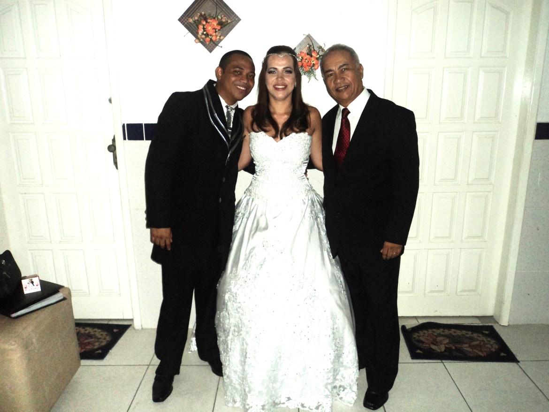 Na foto os noivos com Túlio de Pinho,logo após a cerimônia.