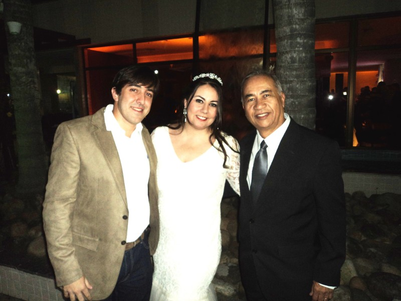 FOTO DE TULIO COM NOIVOS ROBERTA E DANIEL,5.9.14, BARRA