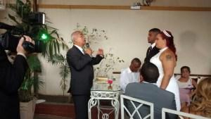 Túlio de Pinho celebrando o casamento.