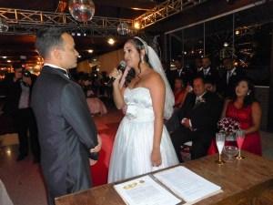 Foto do momento dos votos da noiva falado de improviso mas com muita emoção.