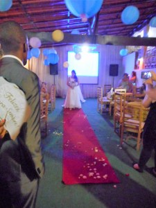 A noiva entrando no salão para a cerimônia.