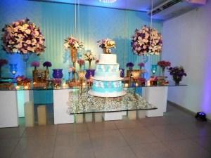 Mesa do bolo e doces da casa de festas.