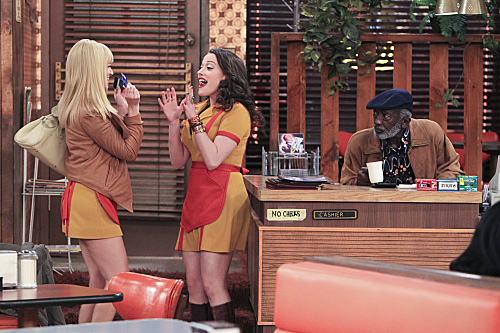 2 Broke Girls Season 2 Episode 5 And The Pre-Approved Credit Card (2)