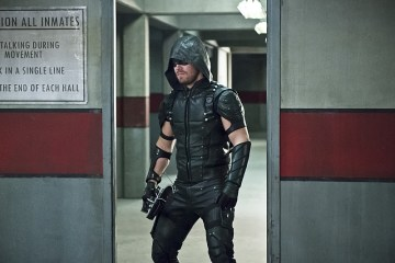 "Arrow -- ""Eleven-Fifty-Nine"" -- Image AR418a_0164b.jpg -- Pictured: Stephen Amell as Green Arrow -- Photo: Diyah Pera/The CW -- © 2016 The CW Network, LLC. All Rights Reserved."