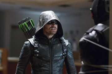 "Arrow -- ""Vigilante"" -- Image AR507b_364b.jpg -- Pictured (L-R): Stephen Amell as Oliver Queen/The Green Arrow and Vigilante, -- Photo: Diyah Pera/The CW -- © 2016 The CW Network, LLC. All Rights Reserved."