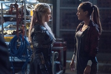 "The 100 -- ""Perverse Instantiation - Part One"" -- Image: HU315b_0395 -- Pictured (L-R): Eliza Taylor as Clarke and Lindsey Morgan as Raven -- Photo: Dean Buscher/The CW -- © 2016 The CW Network, LLC. All Rights Reserved"