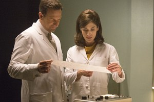 Josh Charles as Dan Logan and Lizzy Caplan as Virginia Johnson in Masters of Sex (season 3, episode 6) - Photo: Michael Desmond/SHOWTIME Photo ID: MastersofSex_306_0230