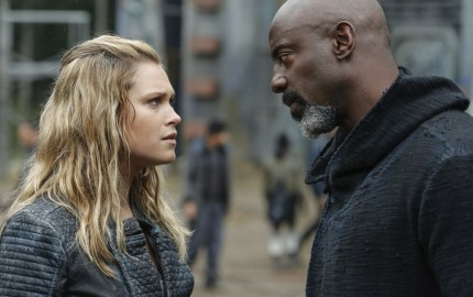 "The 100 -- ""A Lie Guarded"" -- Image HU404a_0241 -- Pictured (L-R): Eliza Taylor as Clarke and Isaiah Washington as Jaha -- Credit: Bettina Strauss/The CW -- © 2017 The CW Network, LLC. All Rights Reserved"