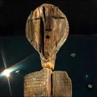 Une Idole de bois avec des codes indéchifrable qui date de 11.000 ans