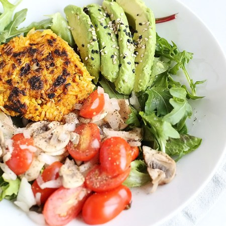 This Healthy Curry Burger Salad Bowl is super filling and FULL of flavor! Spicy, sweet and fresh! Vegan and Gluten Free. / TwoRaspberries.com