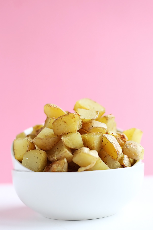 These Garlic Potatoes with Tangy Dipping Sauce are the perfect dinner or snacking. Two options for dipping sauce, avocado lime or chili lemon. Vegan and Gluten Free. / TwoRaspberries.com