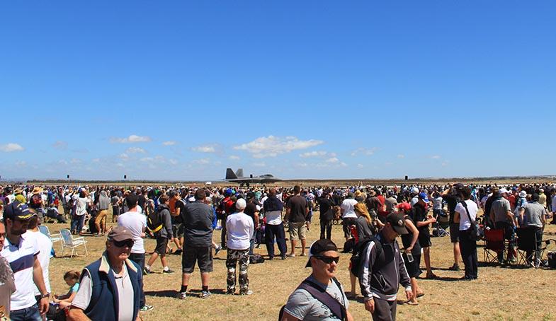 F-22 на заднем плане