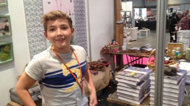 Anton er klar til at pushe Helles tre bøger: Magiske Måneder, Kun firkanter og den nye Bare Beton.