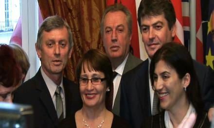 <!--:sq-->Presidenti Topi takohet me përfaqësues të organizatave shqiptare në Britani<!--:-->