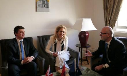 <!--:sq-->Rita Ora nderohet me dy dhurata të dërguara nga kryeministri i Shqipërisë<!--:-->
