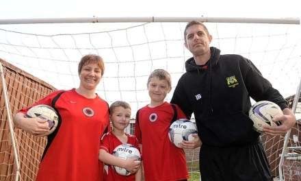 <!--:en-->The British family who spend their summer holidays teaching Albanians football<!--:-->