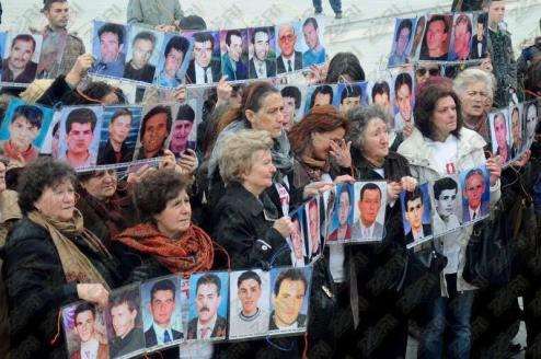 Nenat e Gjakoves duke protestuar per gjetjen e te humburve