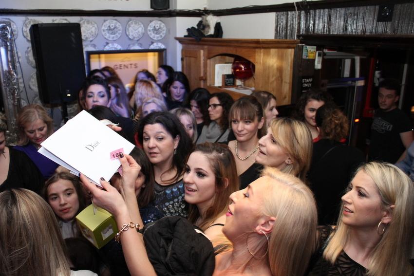 """""""Një Trëndafil Nga Londra Për Ty"""" – ngjarje bamirëse për gra në Queens Arms pub, 6 mars 2016"""