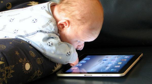 Pediatria: allarme tablet, abuso da bimbi rallenta sviluppo ossa e muscoli