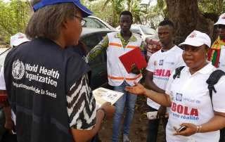 Helping Guinean communities fight Ebola. Photo: WHO/P. Haughton
