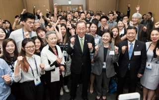 Photo: Youth attending the sixty-sixth UN DPI/NGO Conference in Gyeongju, Republic of Korea, flank Secretary-General Ban Ki-moon during a social media moment.