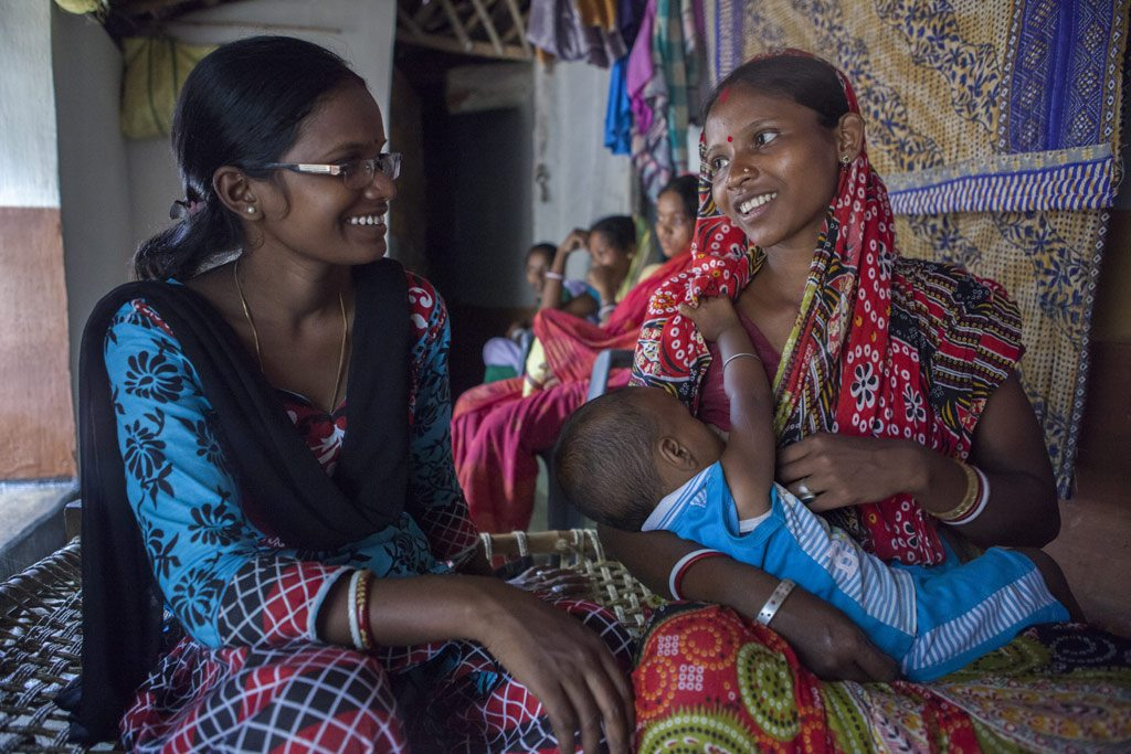 Sumi Madhi, a volunteer on child feeding, nutrition and care interacts with mothers in Kudada, India. Photo: UNICEF/Vishwanathan