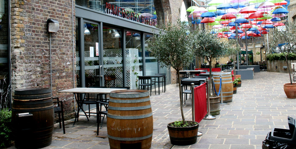 Borough Market en Londres calle Paraguas colores