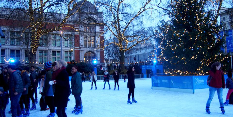 Patinar sobre hielo en Londres en Navidad Natural History Museum luces