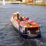 Una fiesta en un barco por el Támesis.