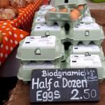 Más huevos.
