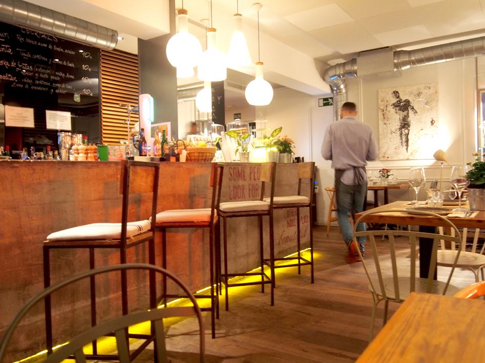Dónde organizar una cena con amigas en Madrid Pipa & Co barra