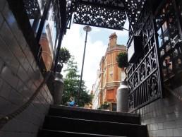 Subiendo la escalera de salida.