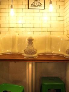 La barra en los urinarios