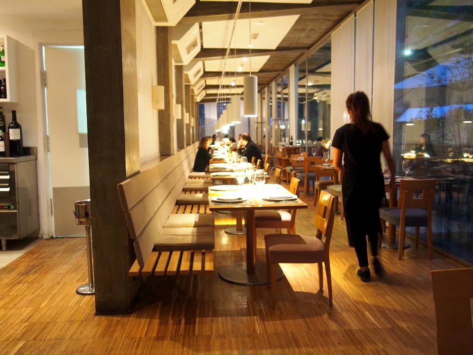 beef place restaurante con jardín en Madrid mesas