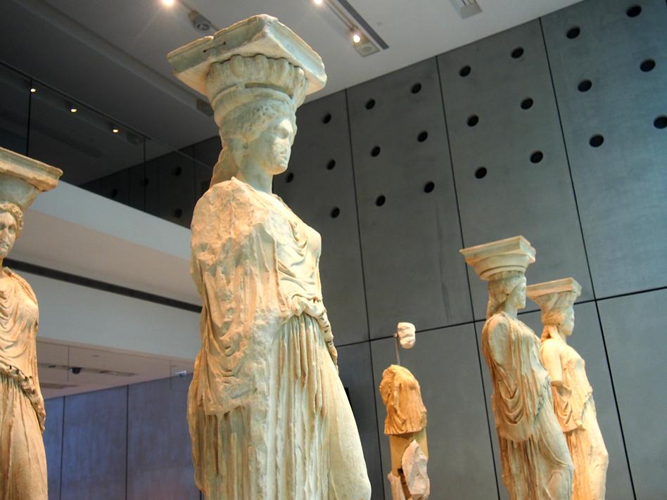 Acrópolis y ágora antigua cariatides en museo