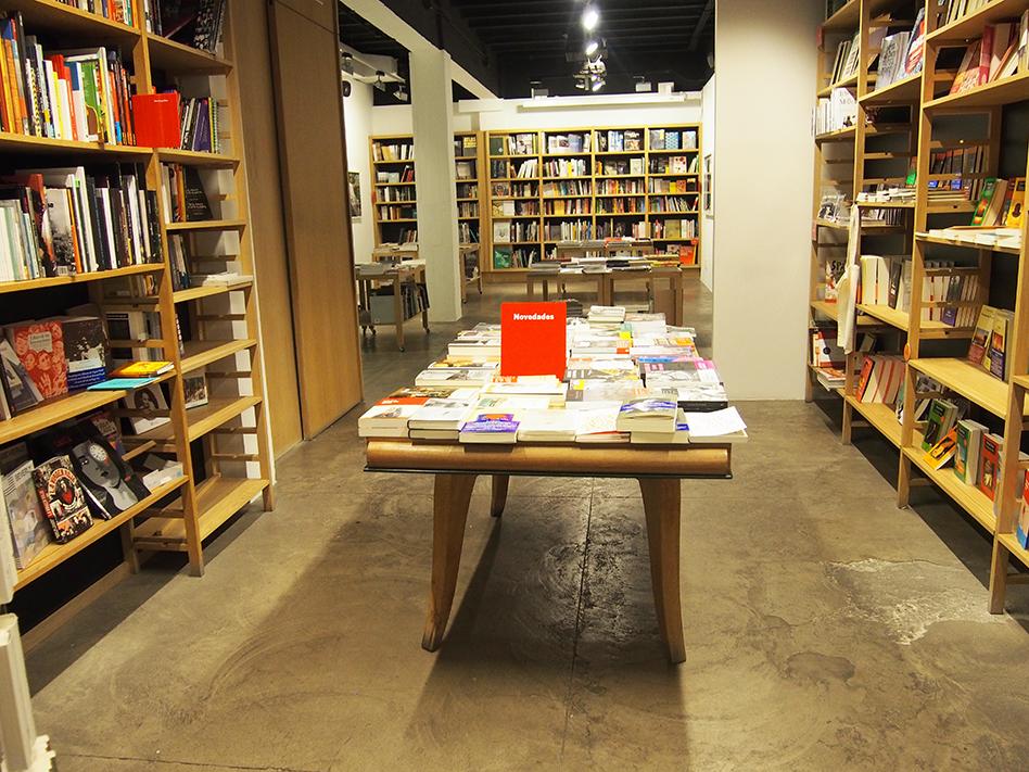 Barrio-de-las-letras-La-Fabrica-mesa-libros