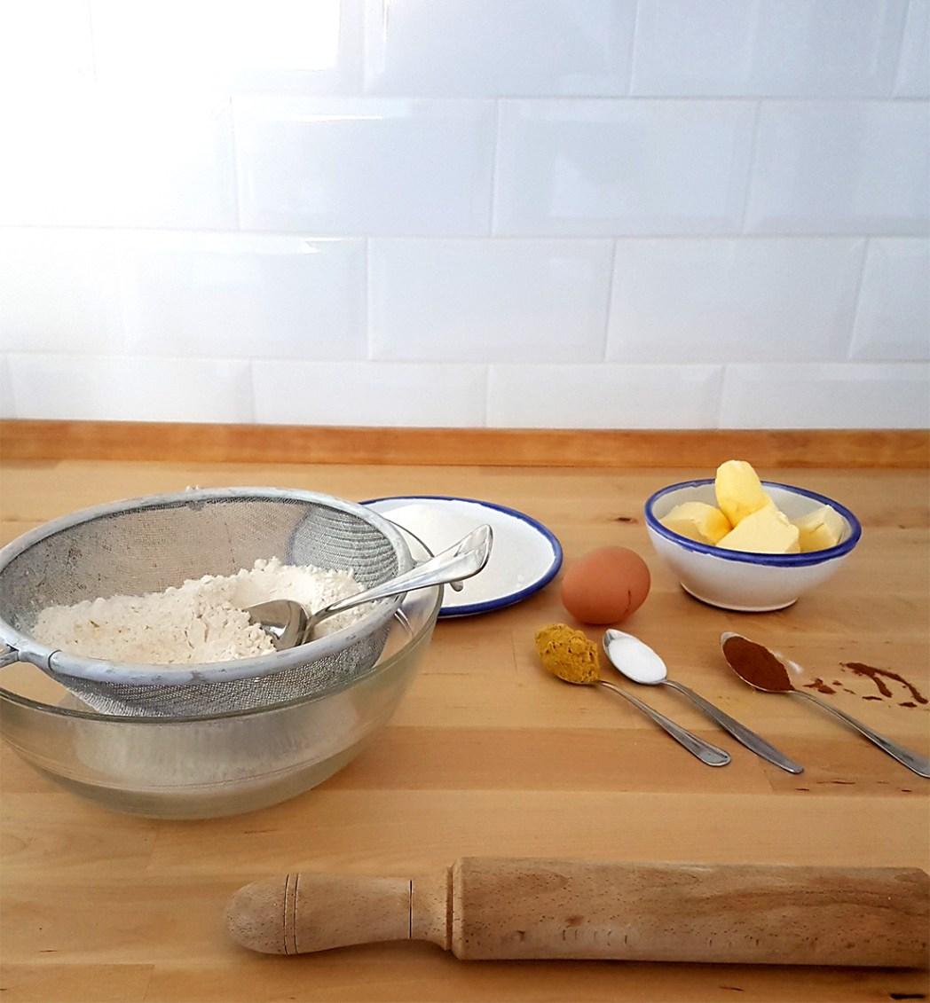 Galletas de jengibre mezclando ingredientes