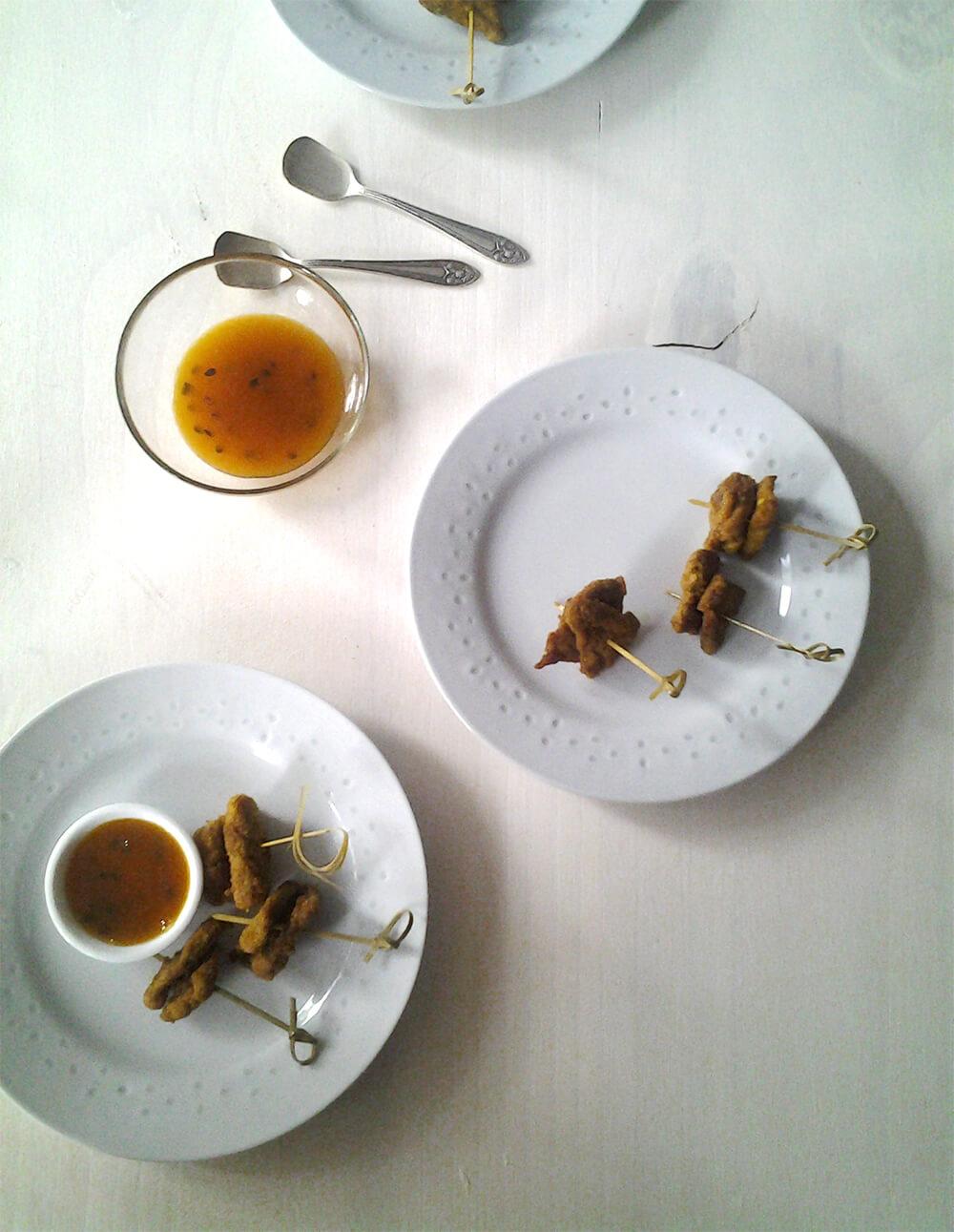 Brochetas de pollo frito con curry y chutney de mango