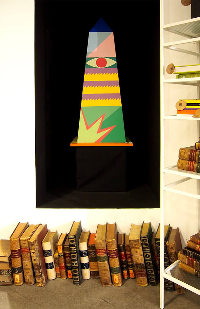 Un cuadro y libros.