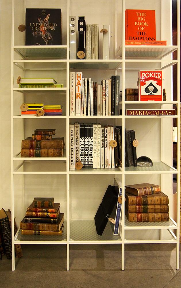 Una estantería en la tienda.