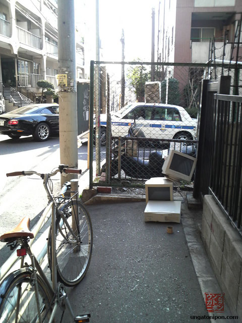 Ordenadores tirados en la calle