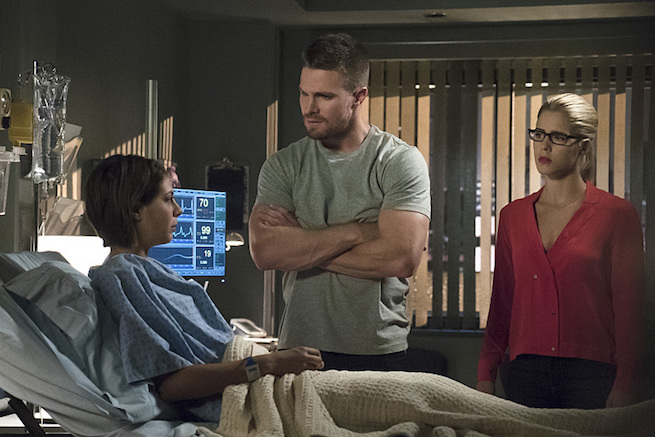 """Arrow -- """"Haunted"""" -- Image AR404A_0029b -- Pictured (L-R): Willa Holland as Thea Queen, Stephen Amell as Oliver Queen and Emily Bett Rickards as Felicity Smoak -- Photo: Katie Yu/ The CW -- © 2015 The CW Network, LLC. All Rights Reserved."""