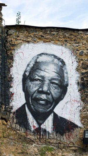 Mural de Nelson Mandela en Abode of Chaos, France [Wikipedia]