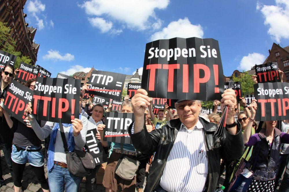 ULRIKE SCHMIDT / CAMPACT - TTIP Flashmob Hamburg - TTIP Flashmob in Hamburg bei einer Wahlkampfveranstaltung der CDU (Fischmarkt, vor der Fischauktionshalle) mit Angela Merkel