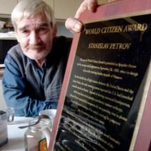 Stanislav Petrov muestra el Premio al Ciudadano del Mundo. Imagen: Wikipedia.