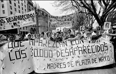 Las Madres de Plaza de Mayo en la segunda Marcha de la Resistencia, ocurrida entre el 9 y el 10 de diciembre de 1982. Vía Wikipedia.