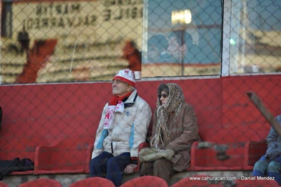 Julio e Irma viendo un partido de Huracán. Cortesía de Club Atlético Huracán. Foto: Daniel Mendez.