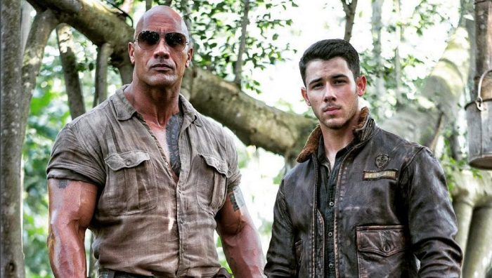 Dwayne Johnson posa in compagnia di Nick Jonas sul set di Jumanji