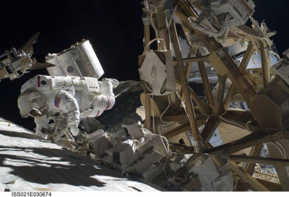 Astronaut Mike Foreman performs a task on the exterior of the ISS. Credit: NASA