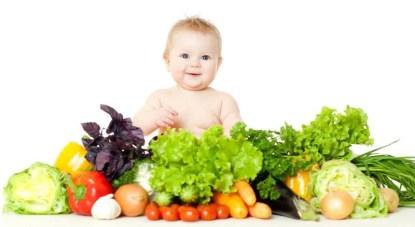 Bambino soridente tra verdura